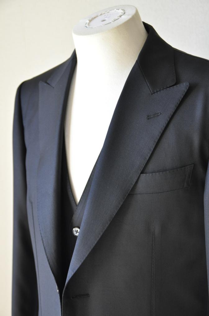 DSC1462 お客様のスーツの紹介-CANONICO ブラックスリーピース-