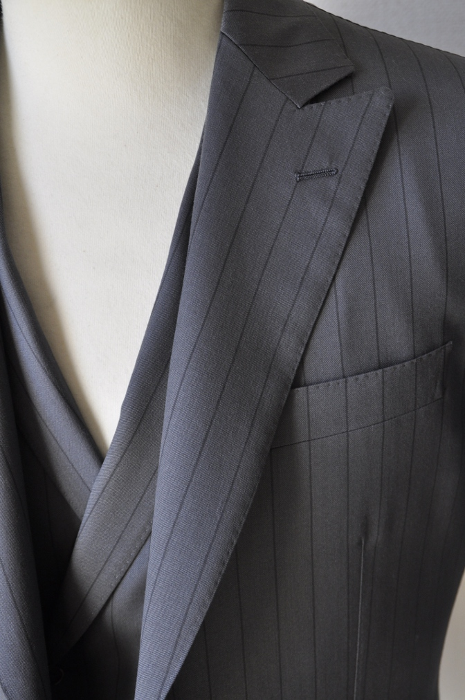 DSC1477 お客様のスーツの紹介-BIELLESI グレーストライプ 衿付ダブルジレのスリーピース-