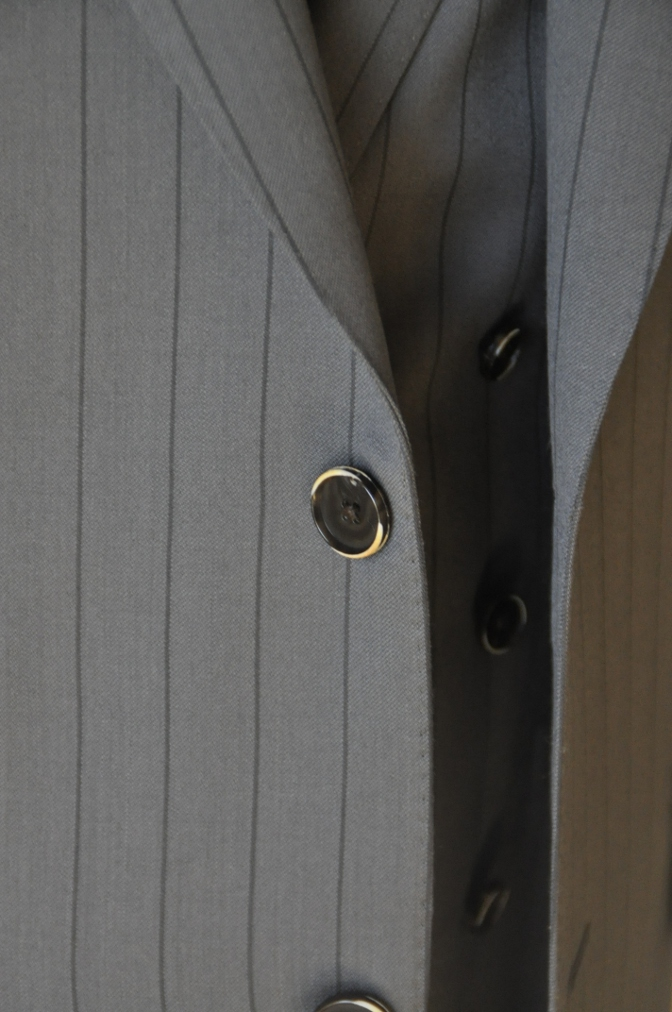 DSC1479 お客様のスーツの紹介-BIELLESI グレーストライプ 衿付ダブルジレのスリーピース-