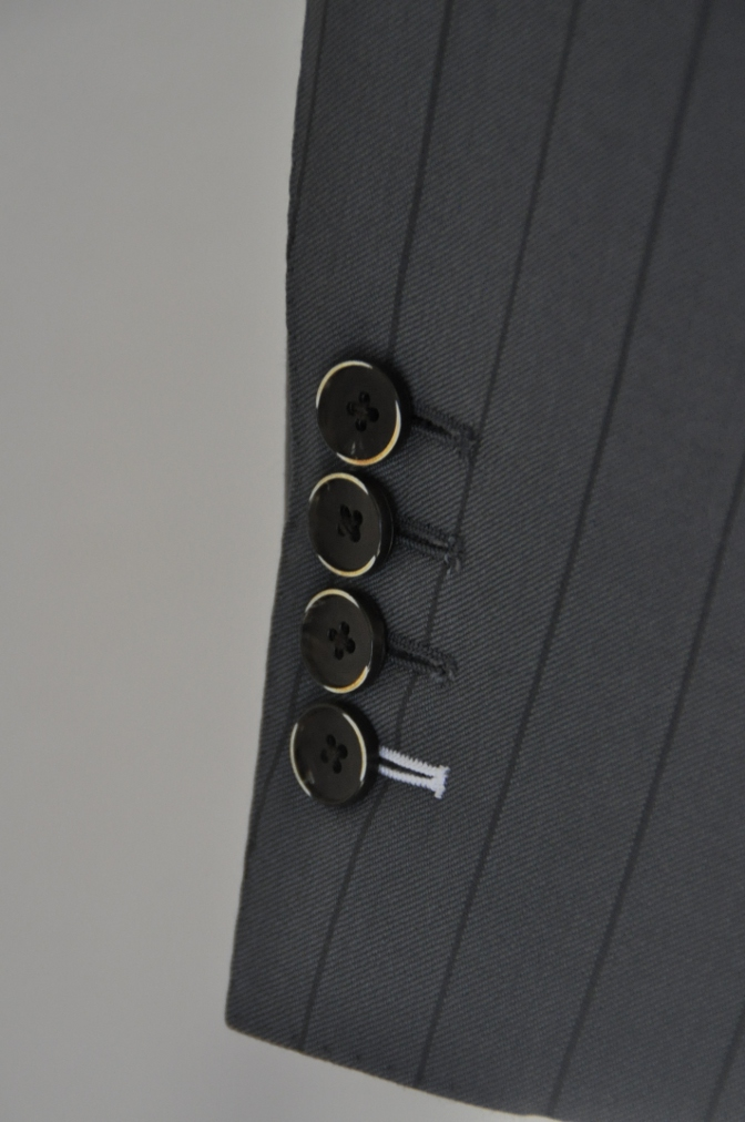 DSC1481 お客様のスーツの紹介-BIELLESI グレーストライプ 衿付ダブルジレのスリーピース-