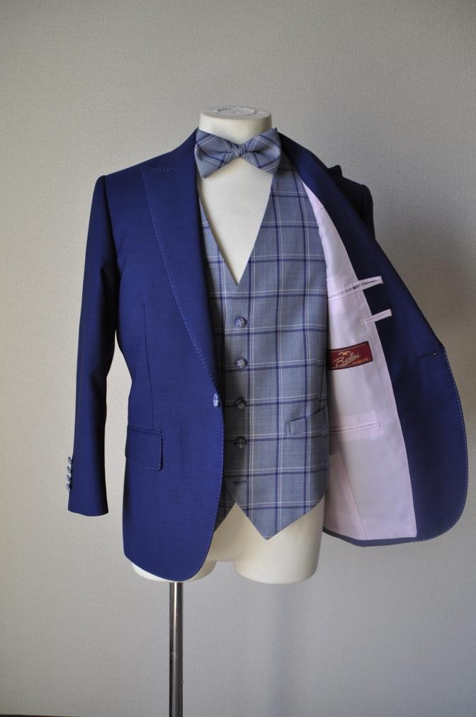 DSC1504 お客様のウエディング衣装の紹介-ネイビースーツにチェックベスト-