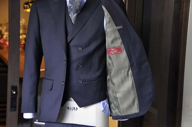 DSC1574-1 オーダースーツの紹介-Biellesi ネイビー 襟付きダブルジレのスリーピース - 名古屋の完全予約制オーダースーツ専門店DEFFERT