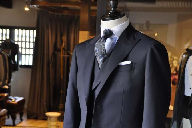 DSC1575-1 オーダースーツの紹介-Biellesi ネイビー 襟付きダブルジレのスリーピース - 名古屋の完全予約制オーダースーツ専門店DEFFERT