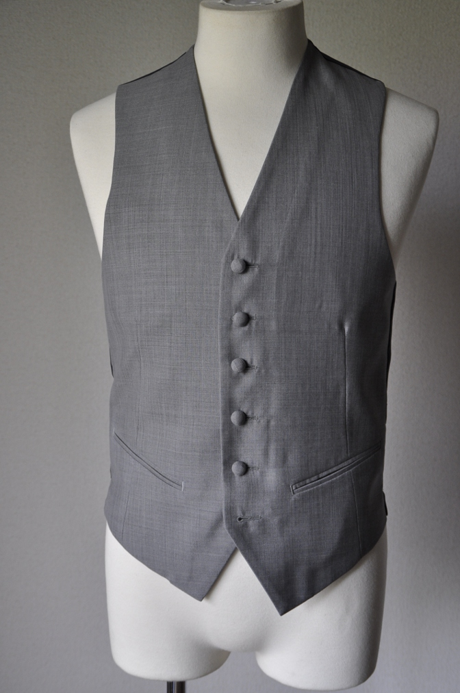 DSC15931 お客様のウエディング衣装の紹介- ネイビースーツとグレーベスト-