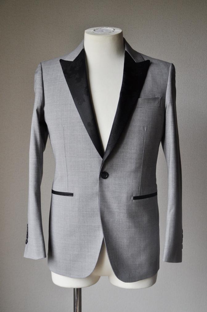 DSC15972 お客様のウエディング衣装の紹介-ライトグレースーツ ラペルにブラックペイズリー-