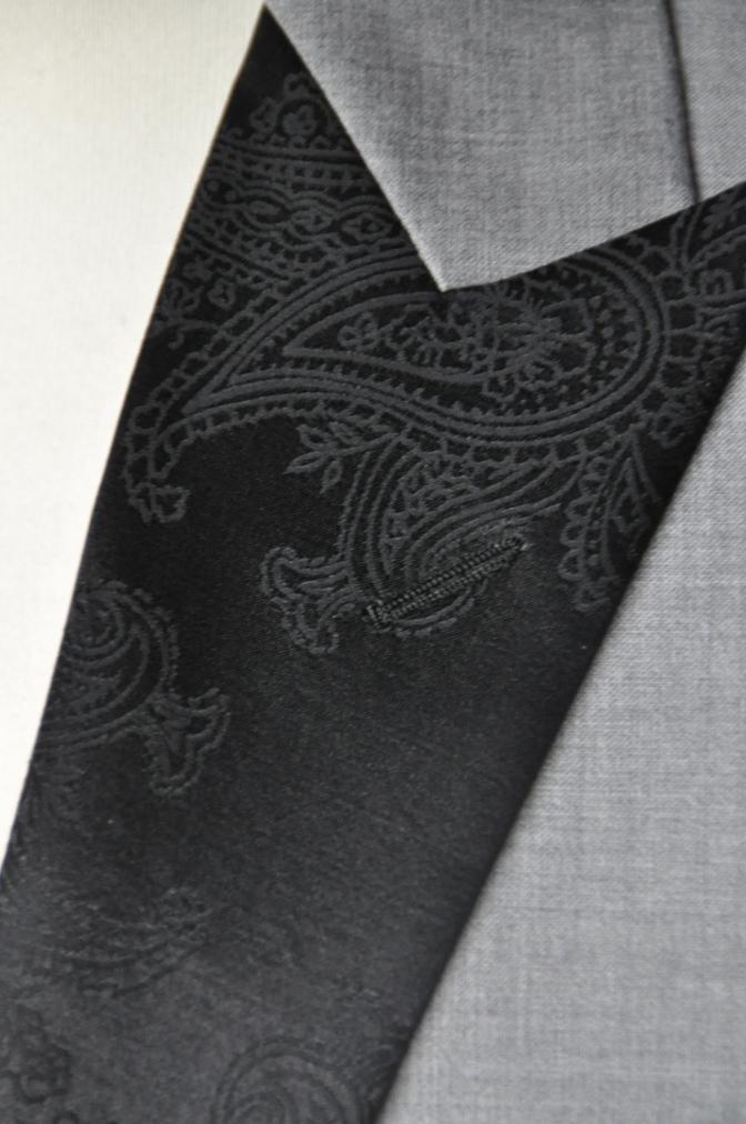 DSC16012 お客様のウエディング衣装の紹介-ライトグレースーツ ラペルにブラックペイズリー-
