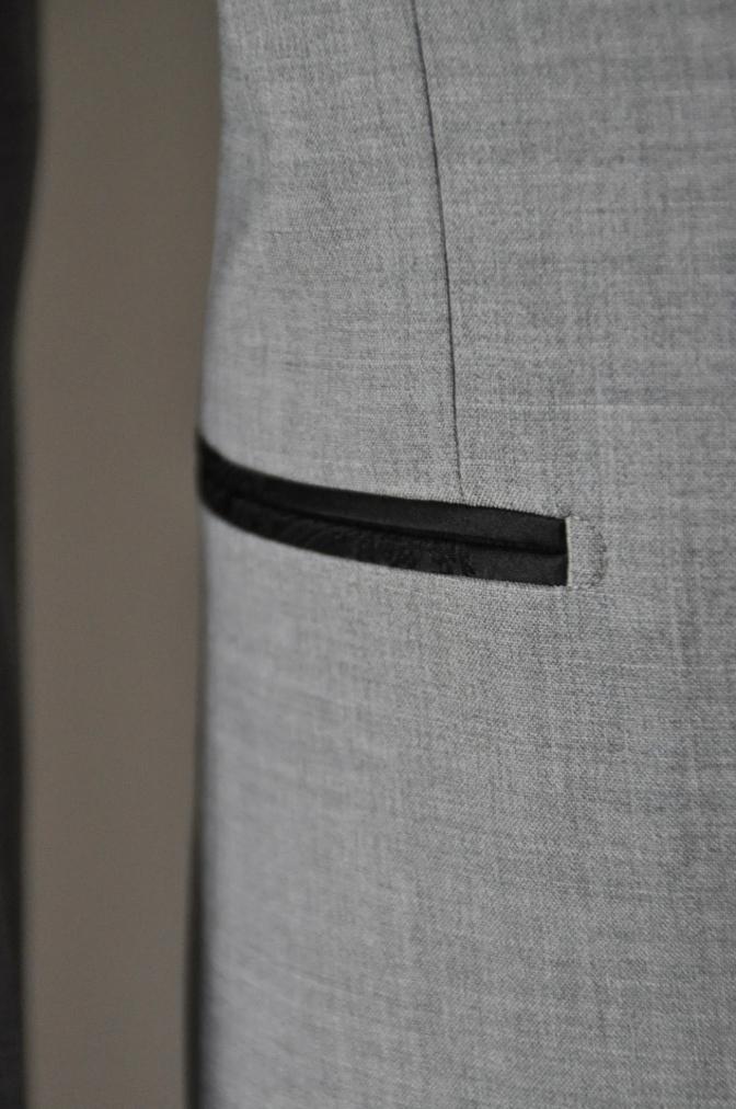 DSC1604 お客様のウエディング衣装の紹介-ライトグレースーツ ラペルにブラックペイズリー-
