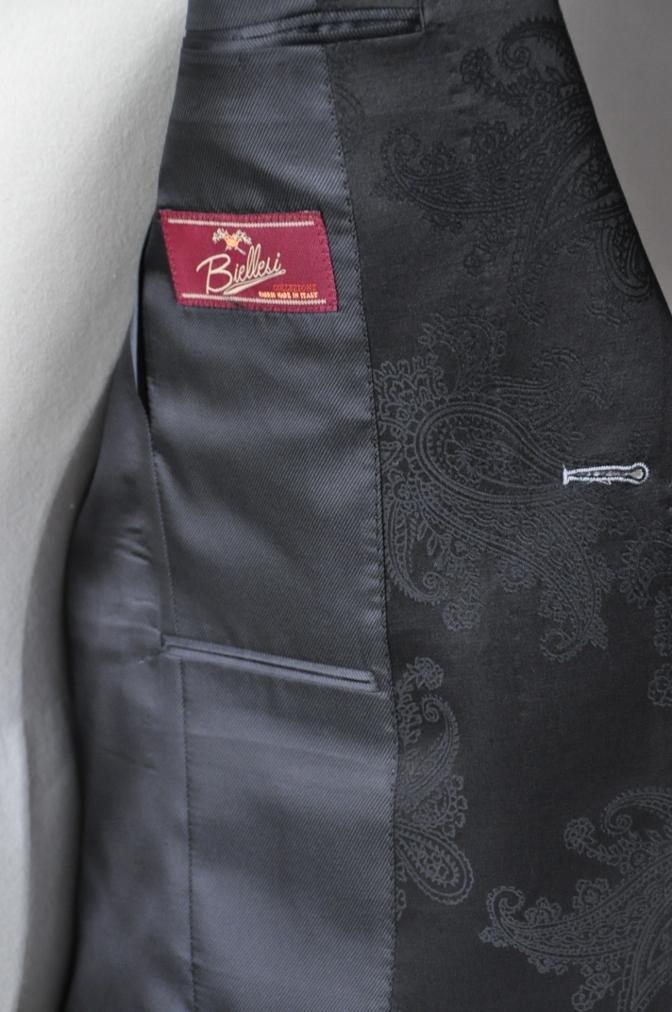 DSC16132 お客様のウエディング衣装の紹介-ライトグレースーツ ラペルにブラックペイズリー-