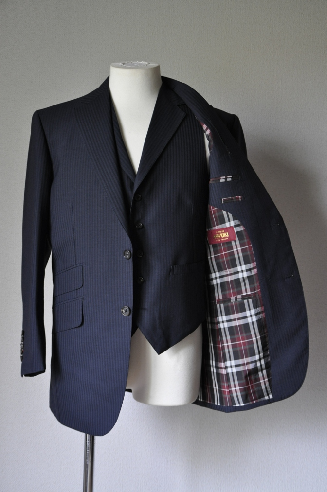 DSC1615 お客様のスーツの紹介-御幸毛織 ネイビーストライプ-