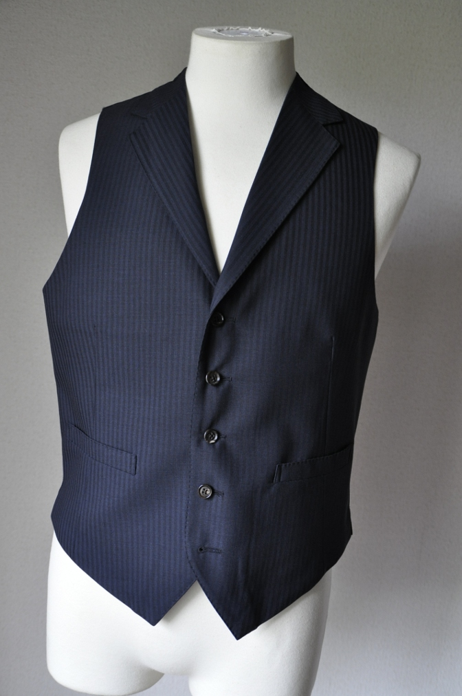 DSC1623 お客様のスーツの紹介-御幸毛織 ネイビーストライプ-