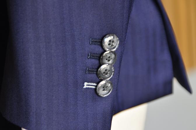 DSC1626-3 オーダースーツの紹介-CANONICO ネイビーヘリンボーン 襟付きダブルジレスリーピース-