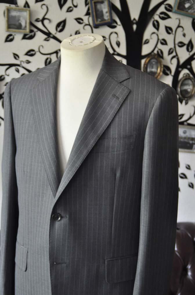 DSC1636-1 お客様のスーツの紹介-DORMEUIL Tropical Amadeusグレーストライプ スーツ-