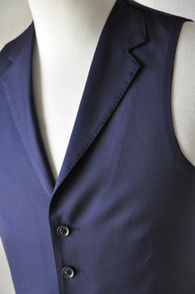 DSC17022 お客様のスーツの紹介-Biellesi 無地ネイビー 衿付ジレのスリーピース-