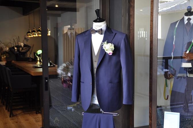 DSC1940-2 オーダータキシード(新郎衣装)の紹介-Biellesiネイビースーツ ブラウンベスト-