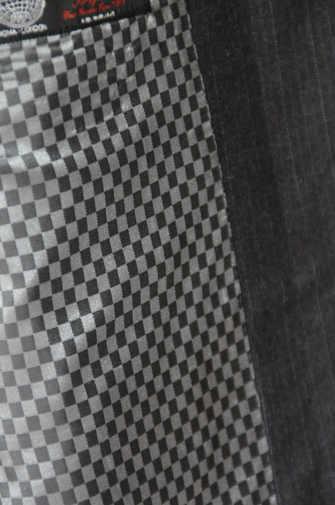 DSC1947 お客様のスーツの紹介-EUROTEX グレーストライプ-