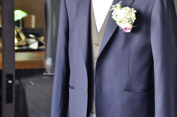 DSC1948-1 オーダータキシード(新郎衣装)の紹介-Biellesiネイビースーツ ブラウンベスト-