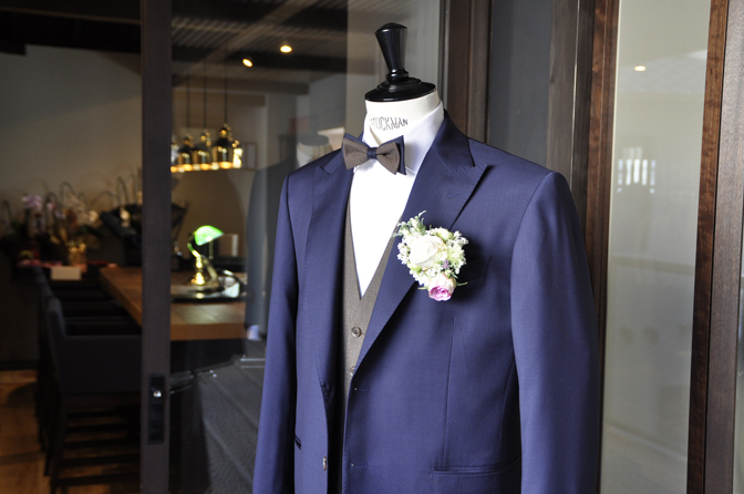 DSC1953 オーダータキシード(新郎衣装)の紹介-Biellesiネイビースーツ ブラウンベスト-