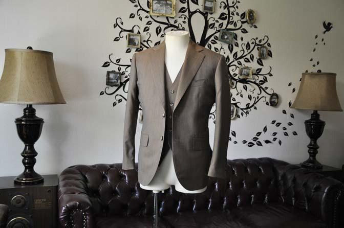 DSC1986-1 お客様のスーツの紹介-御幸毛織 無地ブラウンスリーピース-