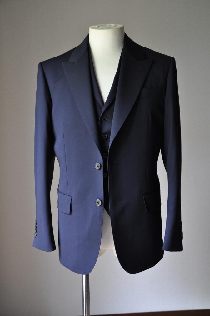 DSC21061 お客様のスーツの紹介- BIELLESI 無地ネイビースリーピース-