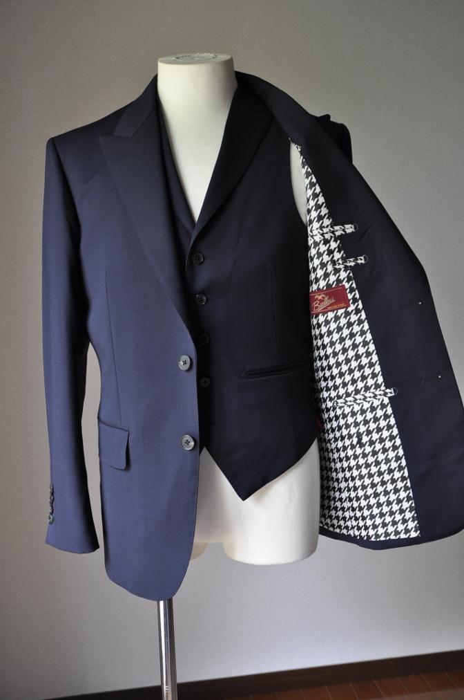 DSC2108 お客様のスーツの紹介- BIELLESI 無地ネイビースリーピース-