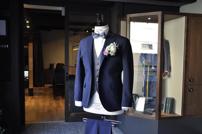 DSC2128 オーダータキシード(新郎衣装)の紹介-無地ネイビースーツ グレーウィンドペンベスト- 名古屋の完全予約制オーダースーツ専門店DEFFERT