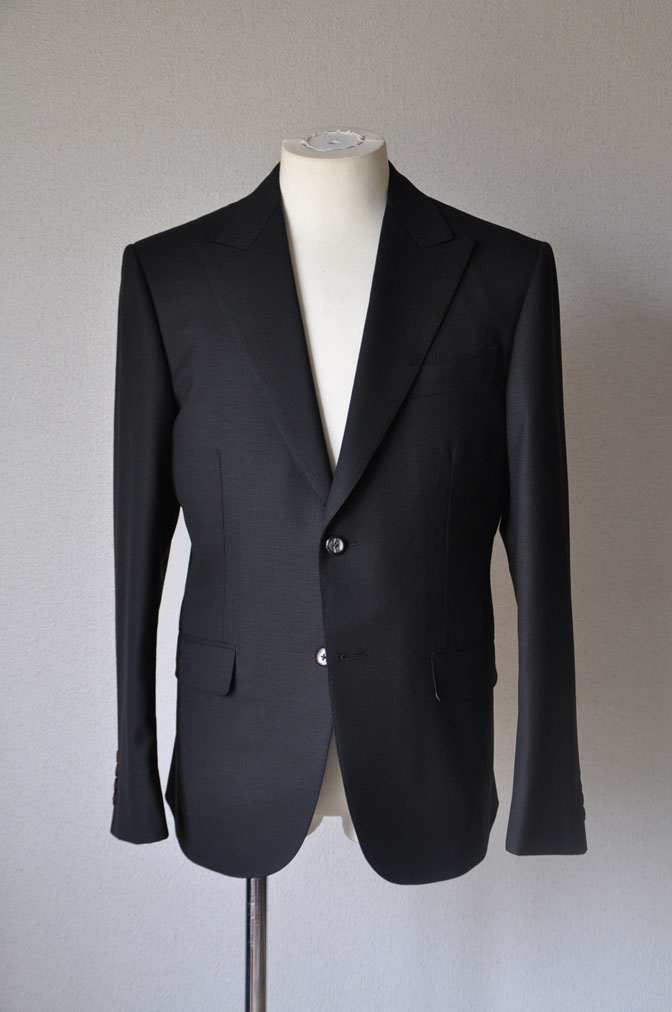DSC21571 お客様のスーツの紹介-ブラックヘリンボーン -