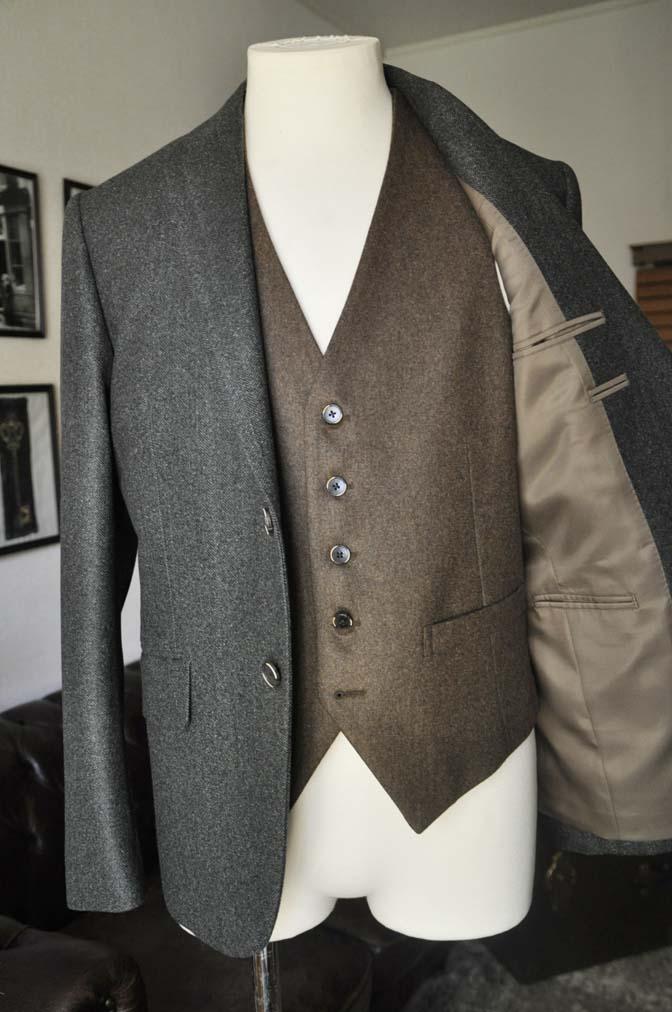 DSC22262 お客様のウエディング衣装の紹介- グリーンジャケット ブラウンベスト-DSC22262 お客様のウエディング衣装の紹介- グリーンジャケット ブラウンベスト- 名古屋市のオーダータキシードはSTAIRSへ