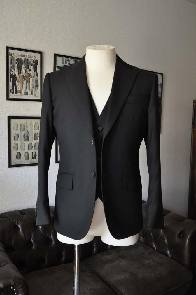 DSC22743 お客様のスーツの紹介- Biellesi ブラックスリーピース-