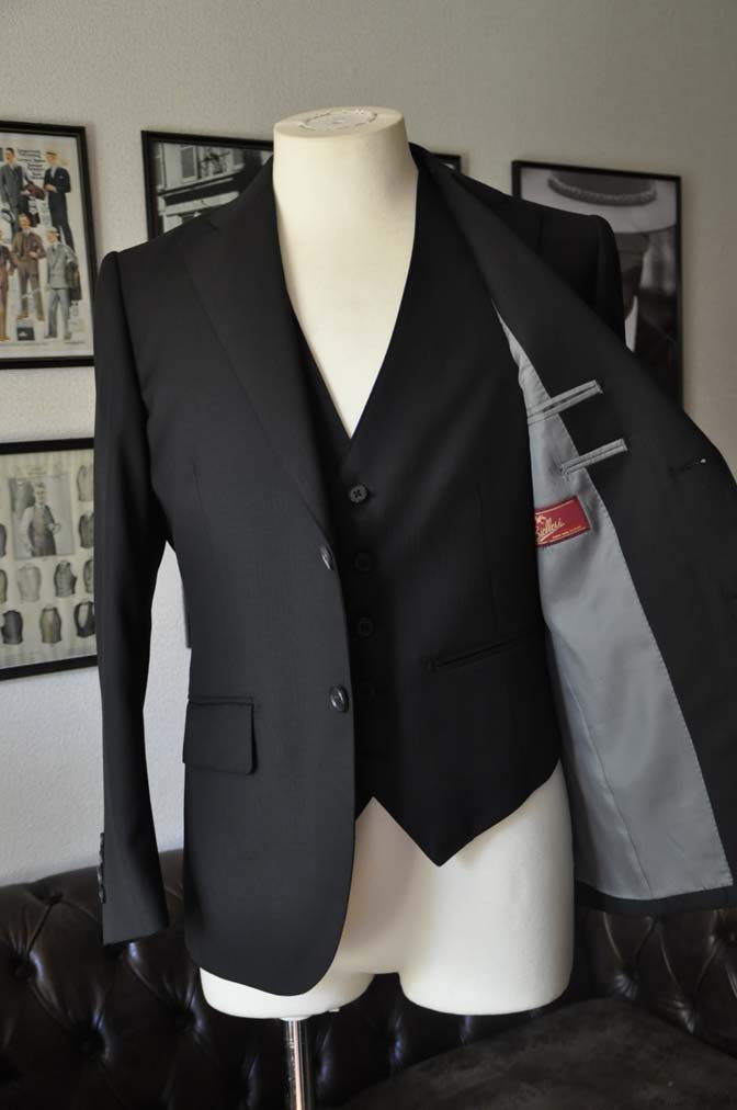 DSC22772 お客様のスーツの紹介- Biellesi ブラックスリーピース-