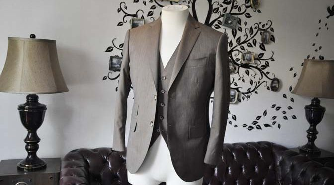 お客様のスーツの紹介-御幸毛織 無地ブラウンスリーピース-