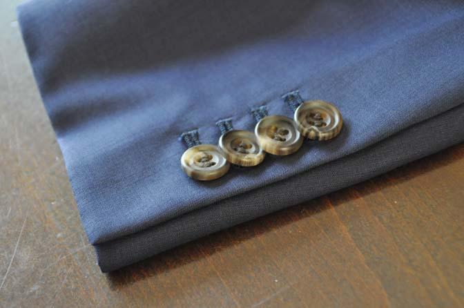 DSC2410 スーツのパーツ名称「重ねボタン」 名古屋の完全予約制オーダースーツ専門店DEFFERT