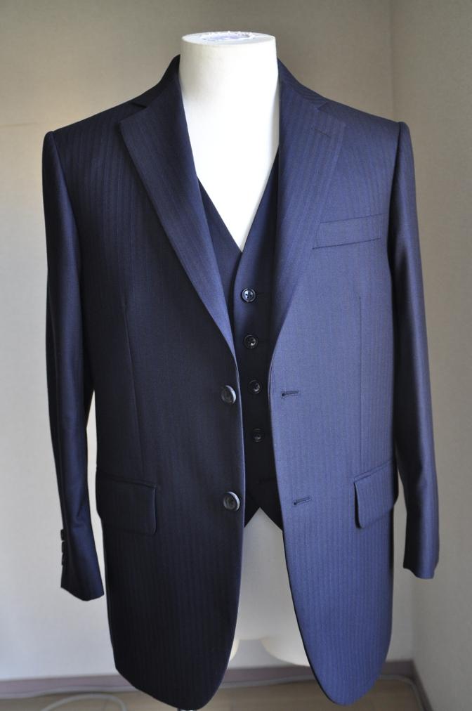 DSC2432 お客様のスーツの紹介-御幸毛織 ナポレナ ネイビーストライプ スリーピース-