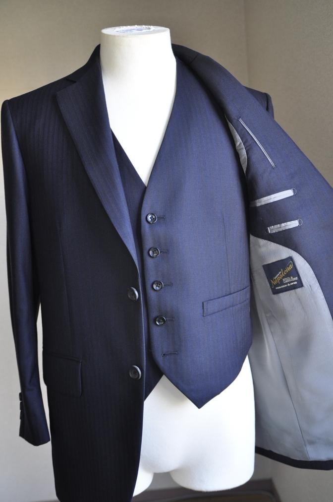 DSC2434 お客様のスーツの紹介-御幸毛織 ナポレナ ネイビーストライプ スリーピース-