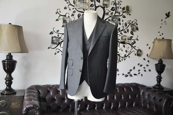 DSC2463-1 お客様のスーツの紹介-Biellesiグレーチェックスリーピース-