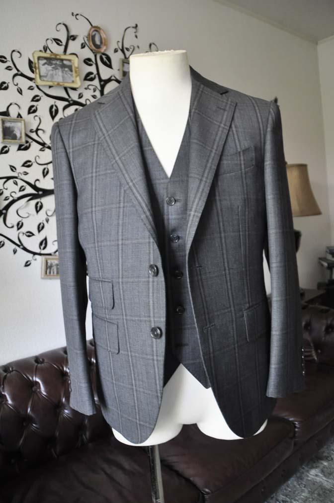 DSC2464-1 お客様のスーツの紹介-Biellesiグレーチェックスリーピース-