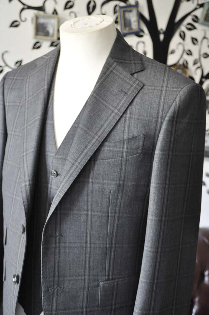 DSC2465-1 お客様のスーツの紹介-Biellesiグレーチェックスリーピース-