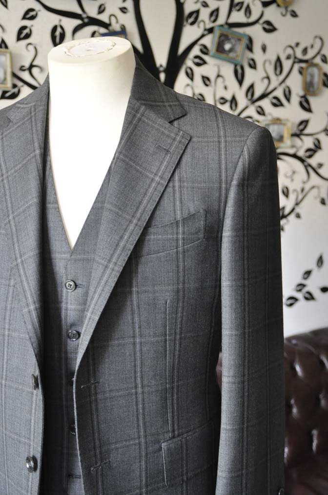 DSC2474-1 お客様のスーツの紹介-Biellesiグレーチェックスリーピース-