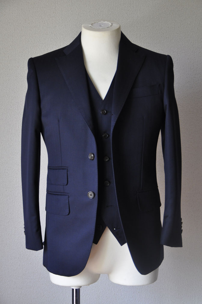 DSC2487 お客様のスーツの紹介-御幸毛織 ネイビーヘリンボーン スリーピース - 名古屋の完全予約制オーダースーツ専門店DEFFERT