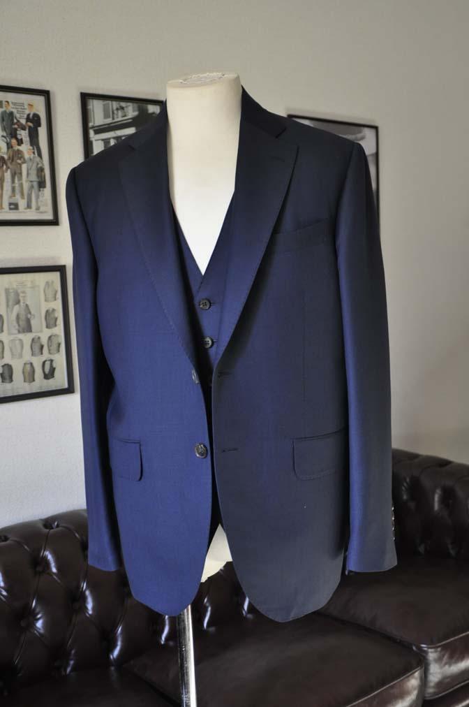 DSC25182 お客様のスーツの紹介- CANONICO 無地ネイビースリーピース- 名古屋の完全予約制オーダースーツ専門店DEFFERT