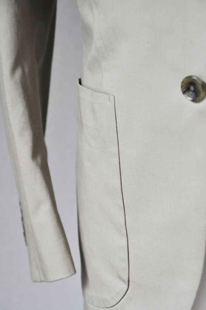 DSC25201 お客様のスーツの紹介- LARUSMIANI ベージュコットンスーツ- 名古屋の完全予約制オーダースーツ専門店DEFFERT