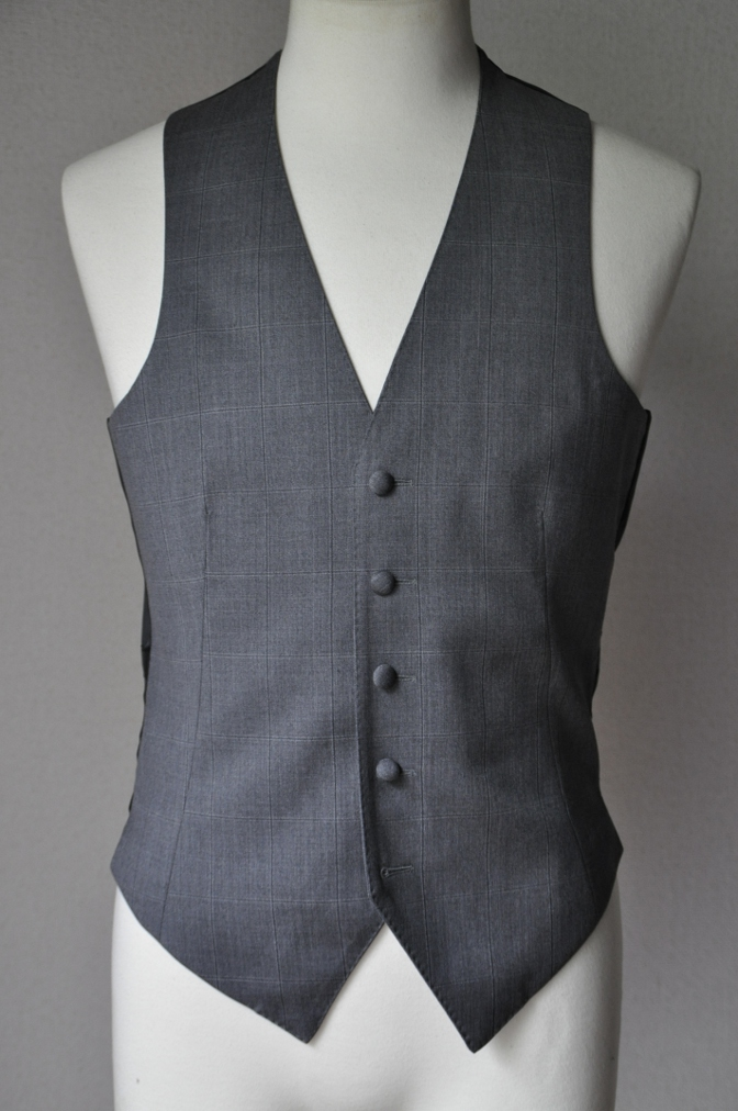 DSC2551 お客様のウエディング衣装の紹介-BIELLESI無地ブラックスーツ グレーチェックベスト ニュージーランドウエディング-