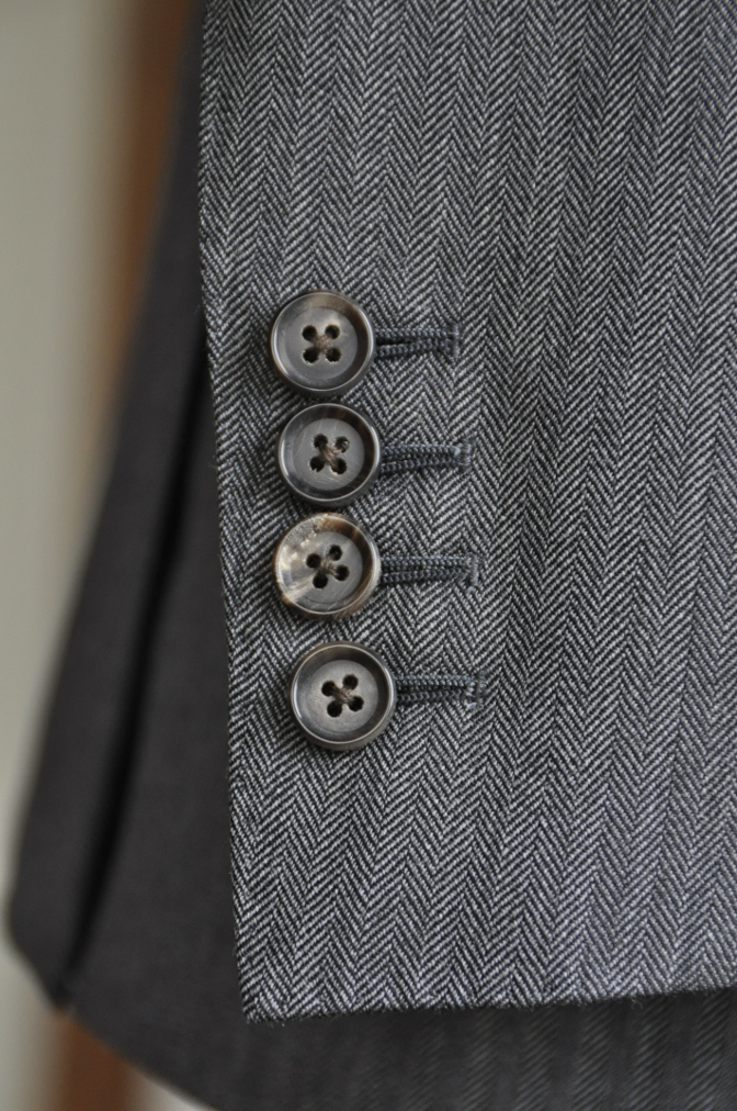 DSC25791 お客様のスーツの紹介-DARROW DALE チャコールグレーヘリンボーン-