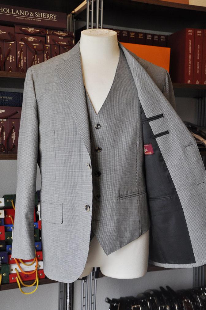 DSC26423 お客様のスーツの紹介-Biellesi グレー千鳥格子スリーピース- 名古屋の完全予約制オーダースーツ専門店DEFFERT