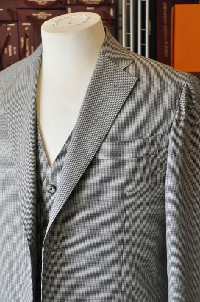 DSC26443 お客様のスーツの紹介-Biellesi グレー千鳥格子スリーピース- 名古屋の完全予約制オーダースーツ専門店DEFFERT