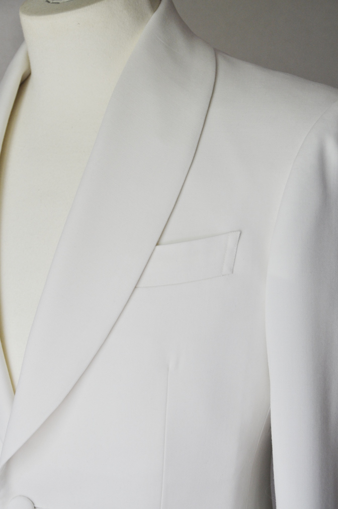 DSC26473 お客様のウエディング衣装の紹介-ホワイトショールカラータキシードジャケット ブラックパンツ-