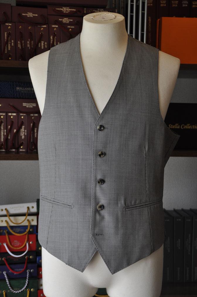 DSC26512 お客様のスーツの紹介-Biellesi グレー千鳥格子スリーピース- 名古屋の完全予約制オーダースーツ専門店DEFFERT