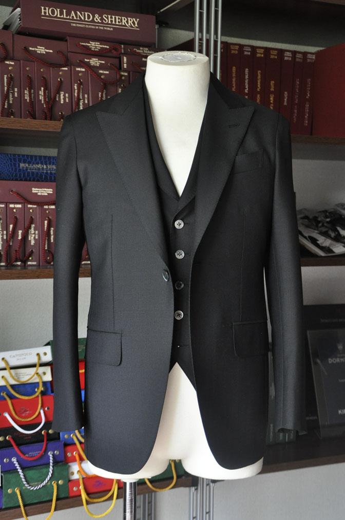 DSC26823 スーツの紹介-CANONICO wool mohair 無地ブラックスリーピース- 名古屋の完全予約制オーダースーツ専門店DEFFERT