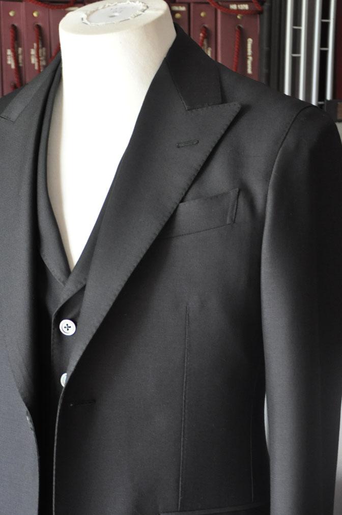 DSC26832 スーツの紹介-CANONICO wool mohair 無地ブラックスリーピース-