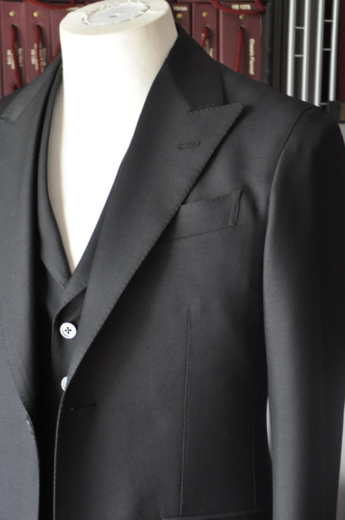 DSC26832 スーツの紹介-CANONICO wool mohair 無地ブラックスリーピース- 名古屋の完全予約制オーダースーツ専門店DEFFERT