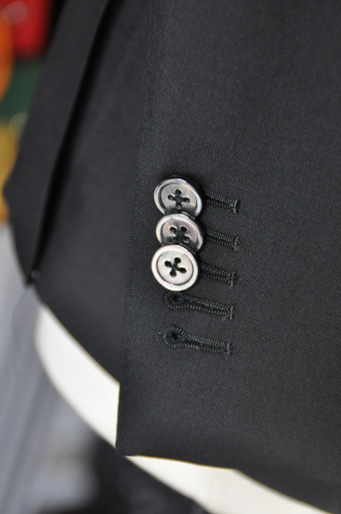 DSC26901 スーツの紹介-CANONICO wool mohair 無地ブラックスリーピース- 名古屋の完全予約制オーダースーツ専門店DEFFERT
